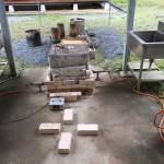 制作棟の入り口屋根下に窯を設置